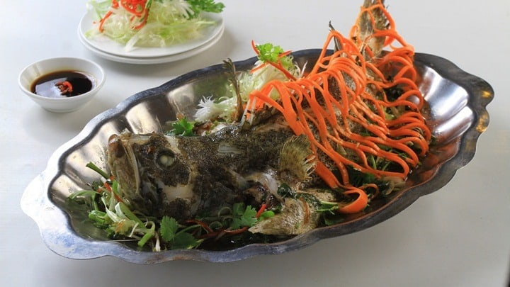 steamed-seabass-in-hongkong-style-served-with-rice-paper